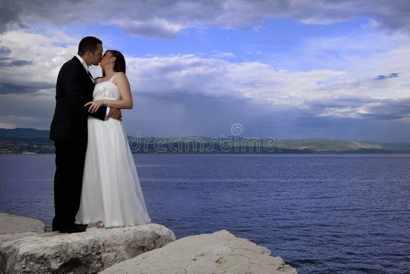 夫妇海运婚礼 免版税库存照片