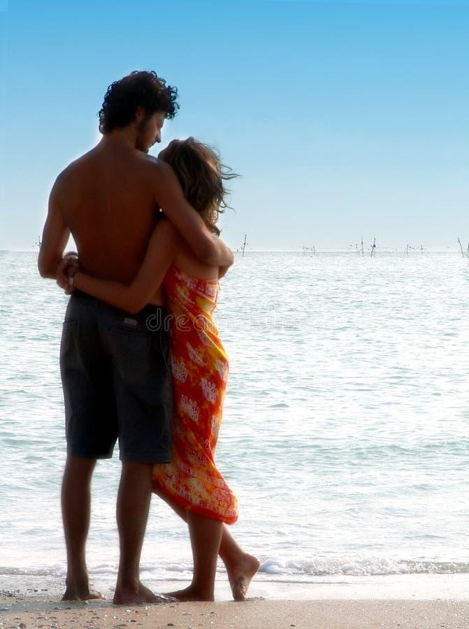 Download 夫妇海运注意 库存照片. 图片 包括有 蓝色, 恋人, 布料, 通知, 天空, 火箭筒, 紫色, 浪漫, 沙子 - 837128