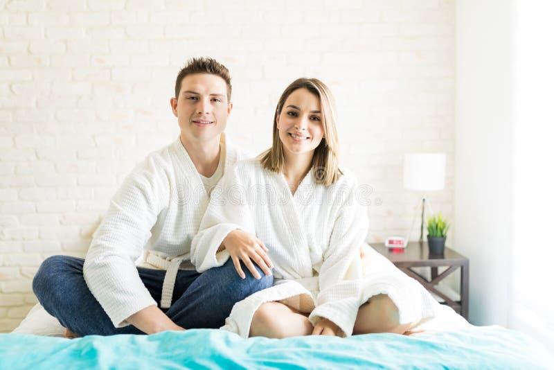 夫妇消费在床上的业余时间在家 库存图片