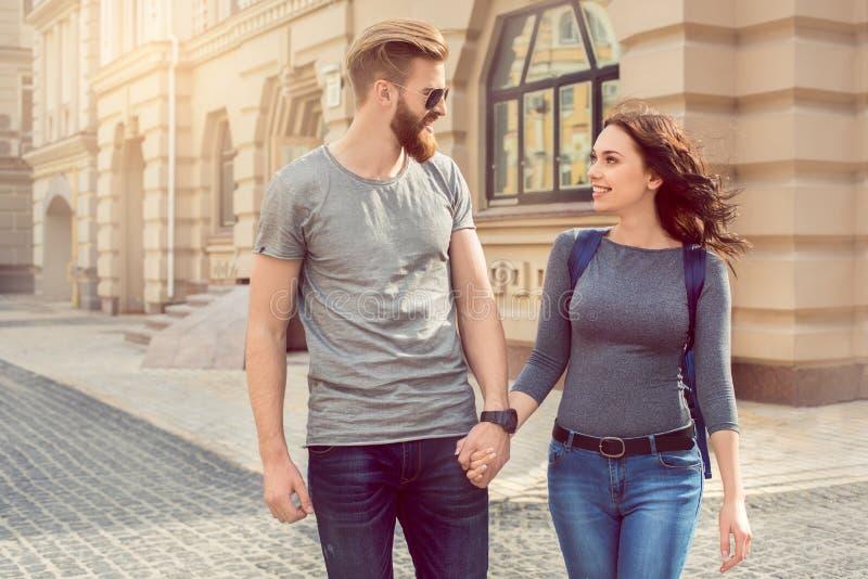 年轻夫妇游人城市步行一起假期 免版税库存照片
