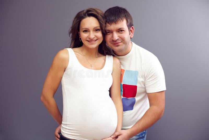 夫妇爱怀孕的年轻人 免版税库存照片