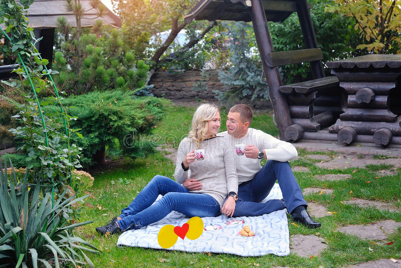 夫妇爱恋的公园 有爱恋的年轻的夫妇了不起的时光 库存图片
