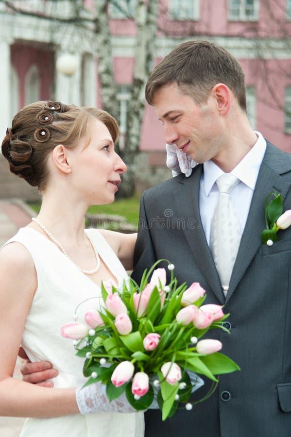 夫妇爱恋的婚礼年轻人 库存图片