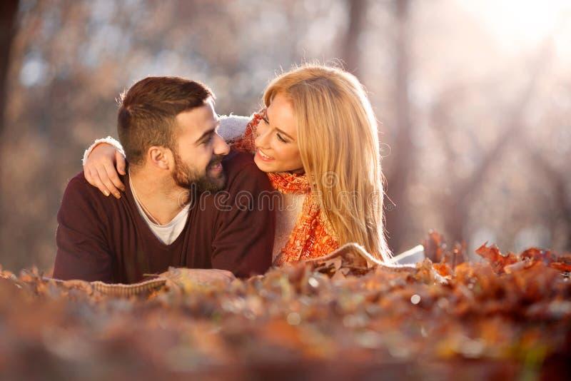 夫妇爱浪漫年轻人 秋天公园,森林 免版税库存图片