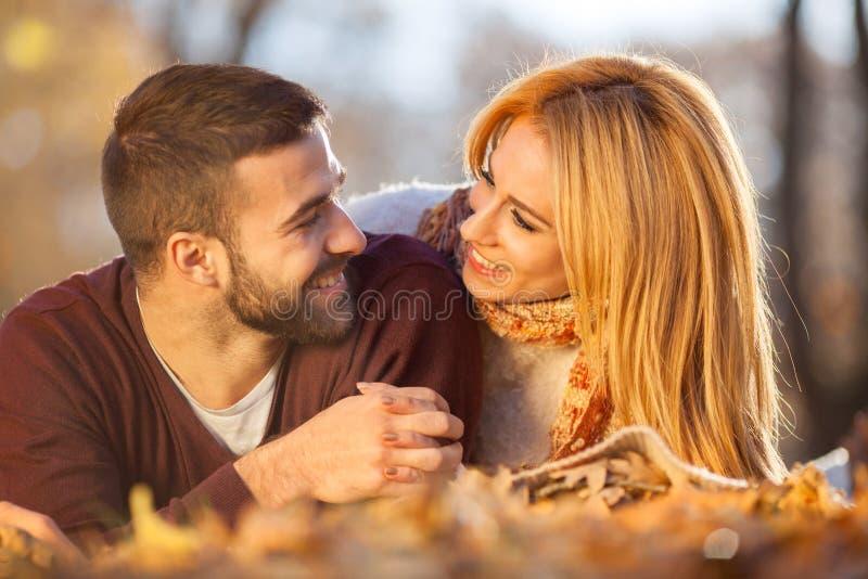 夫妇爱浪漫年轻人 秋天公园,森林 库存图片