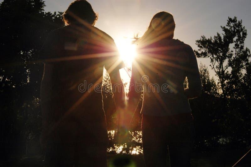 夫妇现出轮廓青少年 免版税库存照片