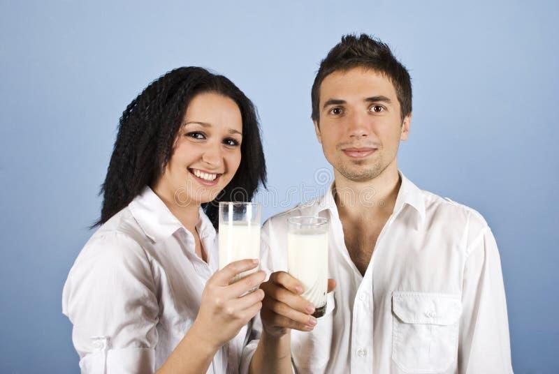 夫妇玻璃愉快的藏品牛奶青年时期 库存照片