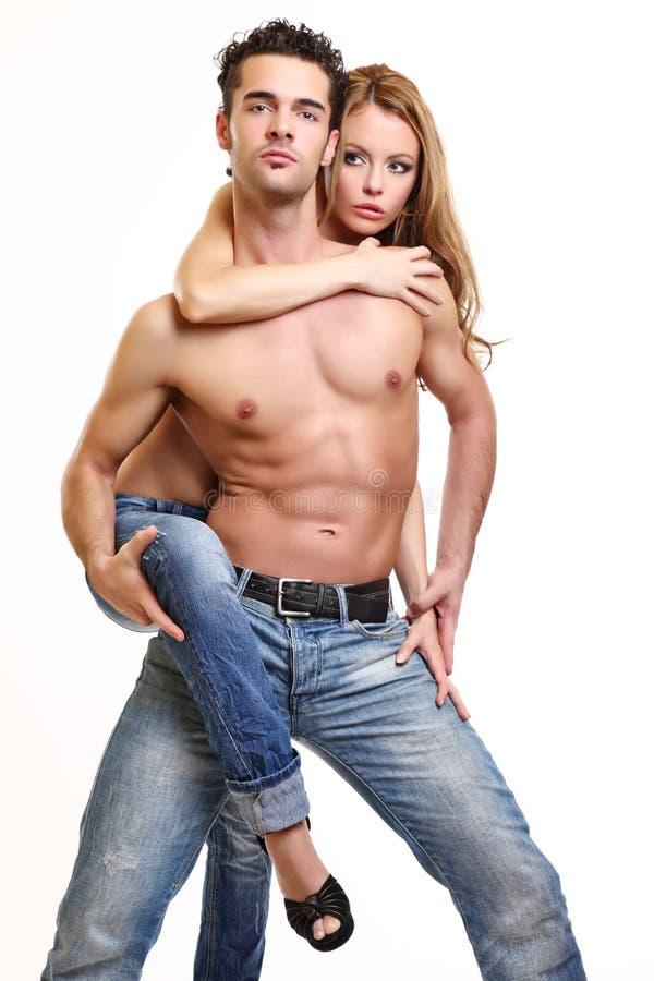 夫妇生动描述露胸部性感的工作室 免版税库存照片