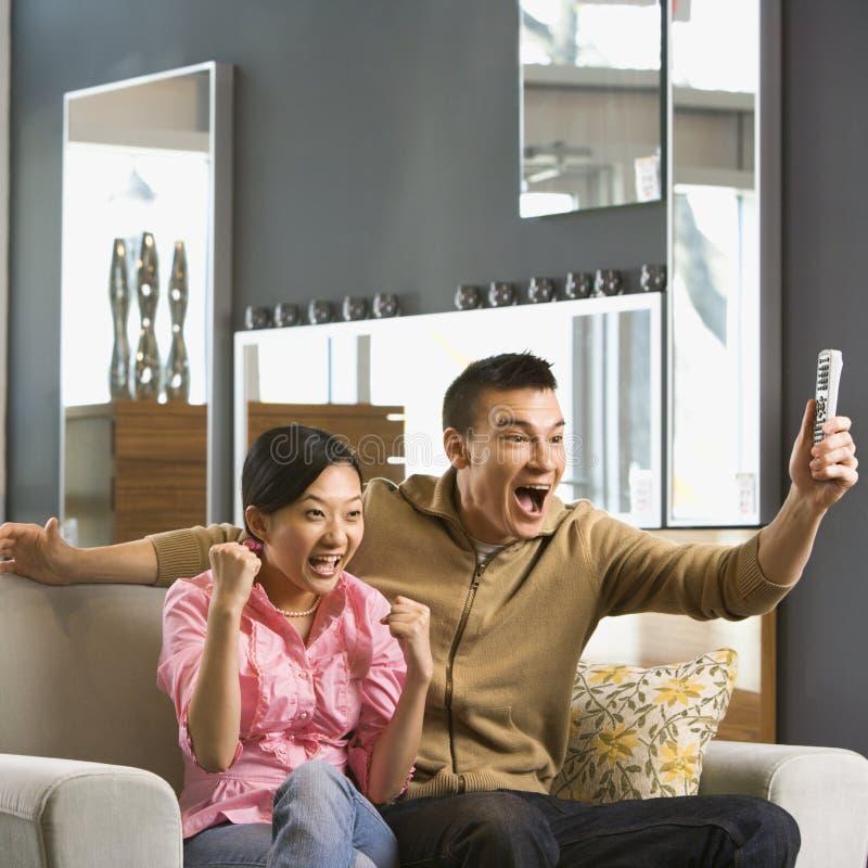 夫妇电视注意 免版税库存图片