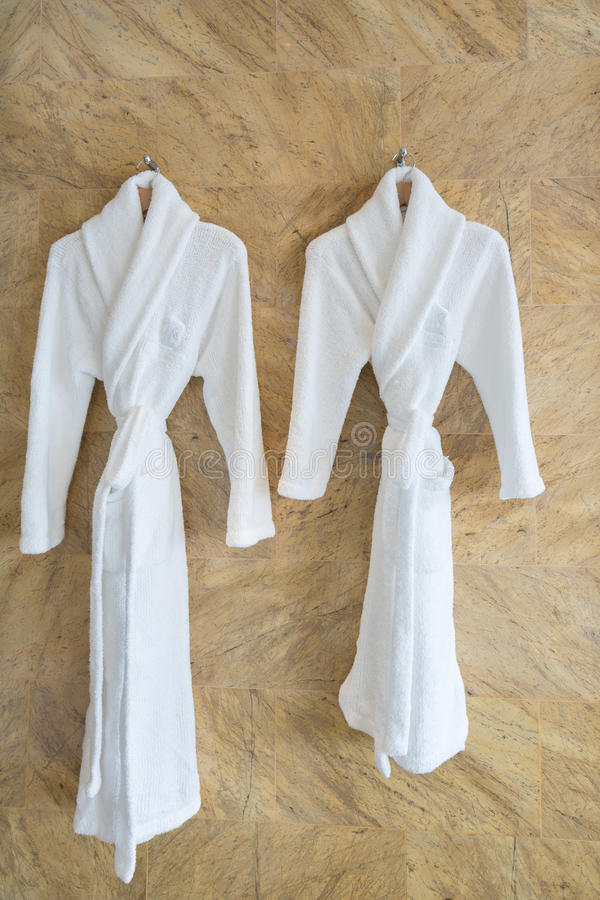 夫妇白色浴巾的图象在一个挂衣架的在卫生间里 库存照片