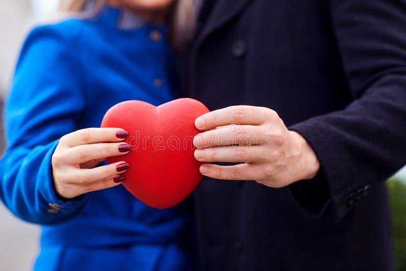 夫妇的手在他们的手上拿着特写镜头心脏 库存图片