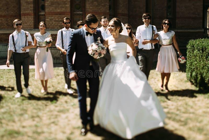 夫妇的步行在他们的婚礼之日 免版税图库摄影