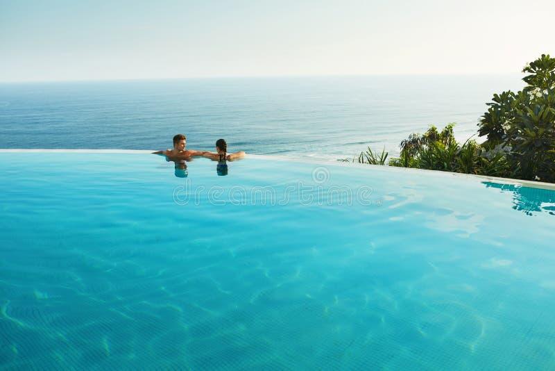 夫妇的浪漫假期在爱 夏天水池的人们 免版税图库摄影