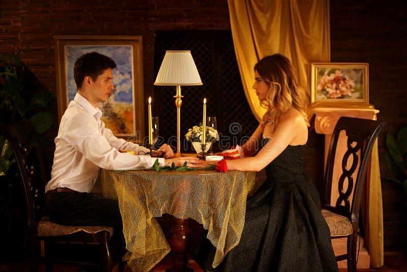 夫妇的浪漫晚餐 餐馆内部烛光为浪漫日期 免版税库存照片