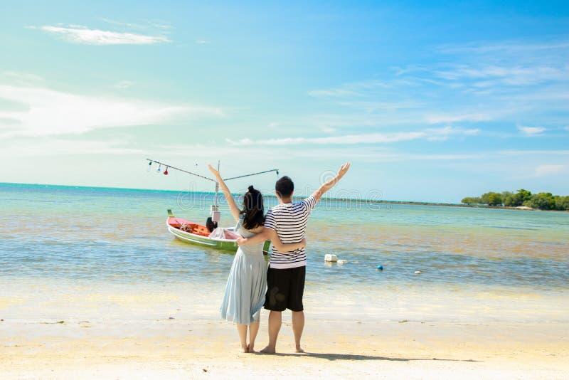 夫妇的脚在看海甜旅行的beachCouple的为两 库存照片