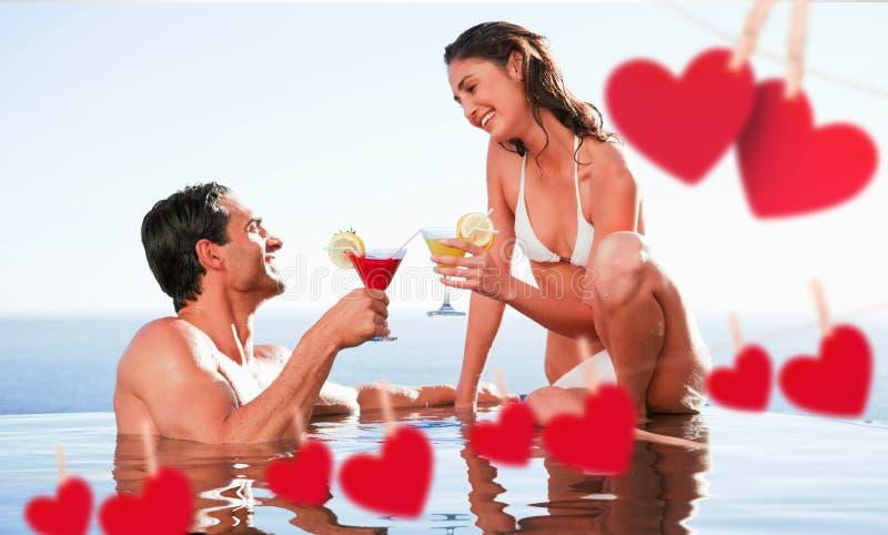 夫妇的综合图象有鸡尾酒在水池 皇族释放例证