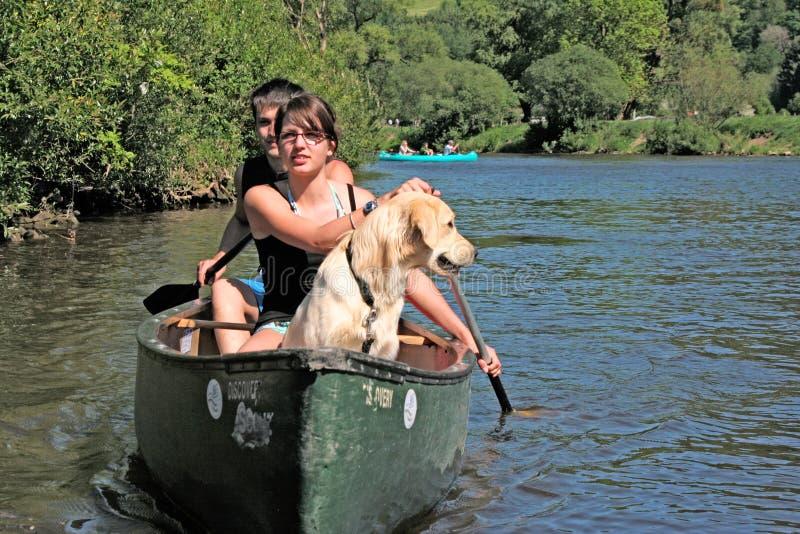 夫妇皮船用浆划 库存图片