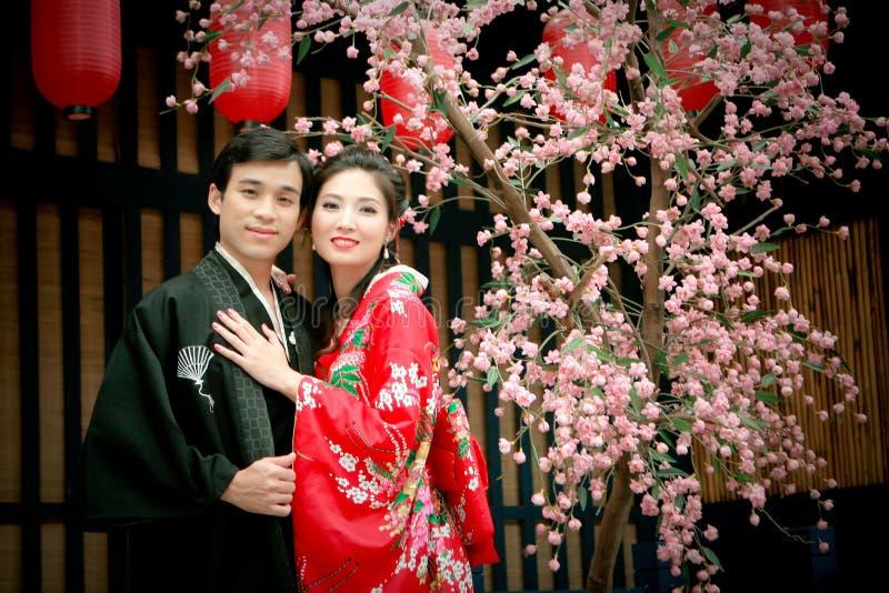 夫妇礼服日本纵向年轻人 免版税库存照片