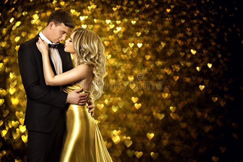 夫妇秀丽画象,年轻时尚妇女和人亲吻 免版税图库摄影