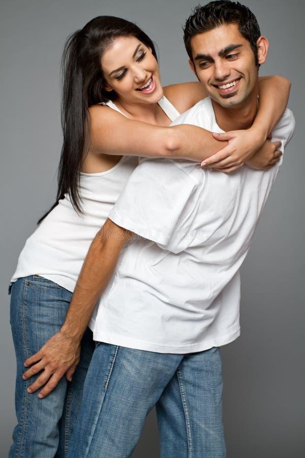 夫妇种族愉快的年轻人 免版税库存图片