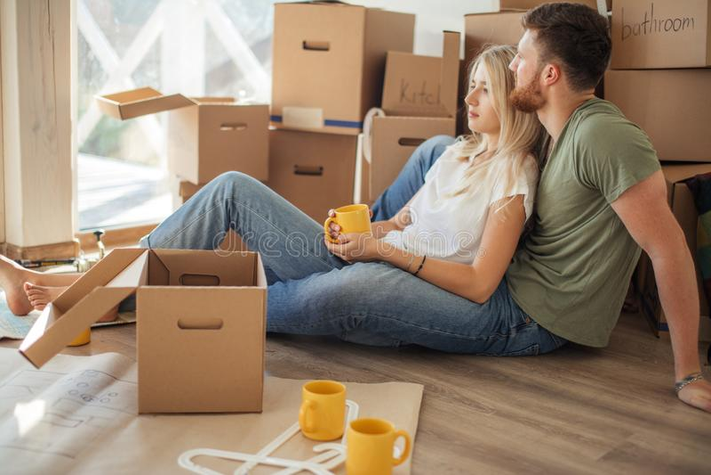 夫妇移动的新的家 愉快的人购买新的公寓 免版税库存照片