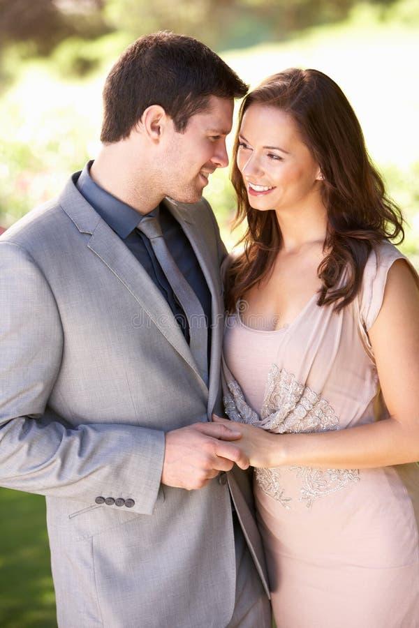 夫妇穿戴的公园聪明地年轻人 库存照片