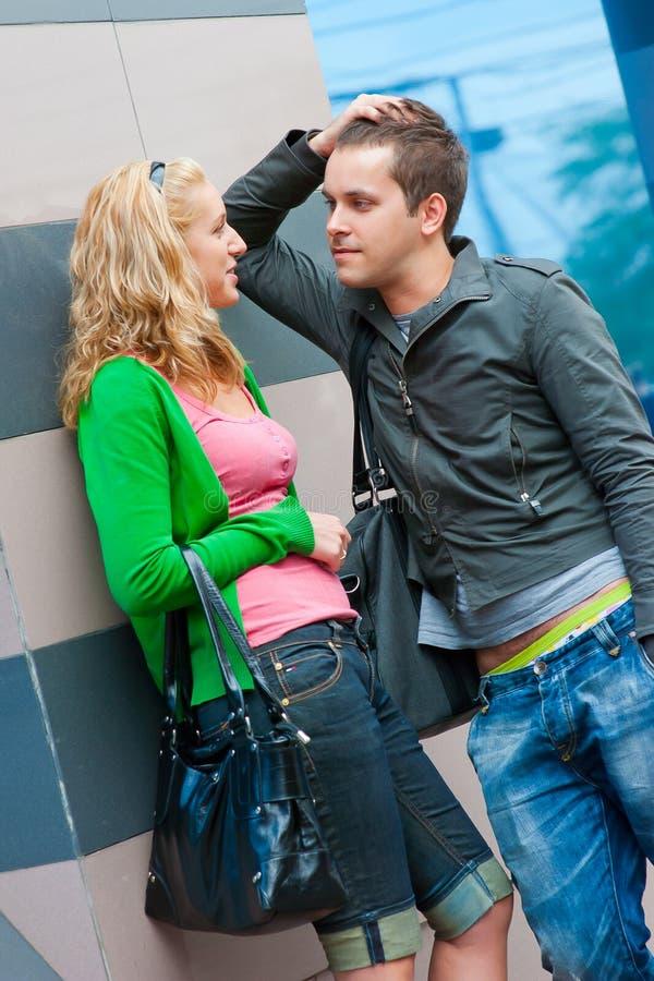 夫妇突出的联系的年轻人 免版税库存照片