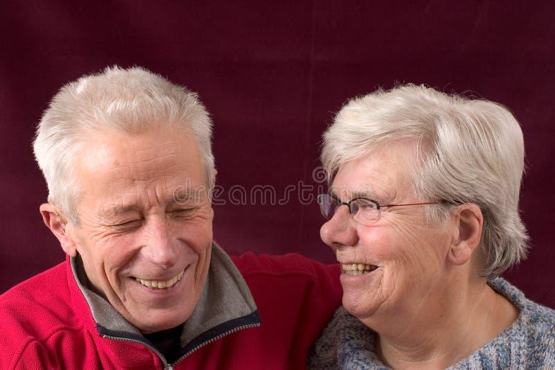 夫妇笑的前辈 免版税库存图片