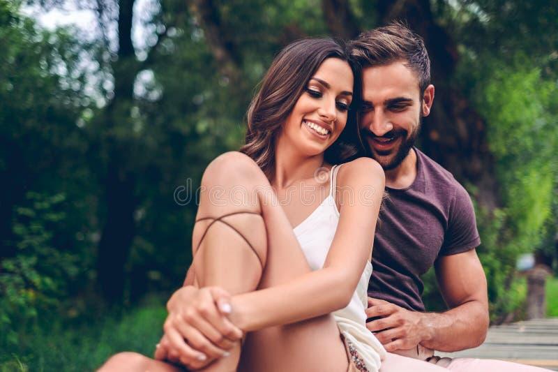 夫妇笑的爱 免版税库存图片