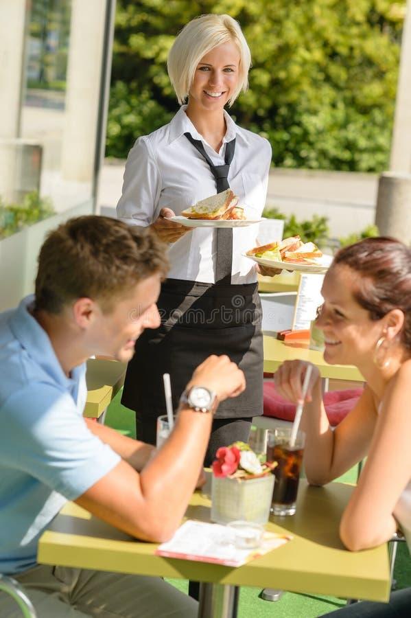 夫妇等待的女服务员三明治午餐餐馆 库存图片
