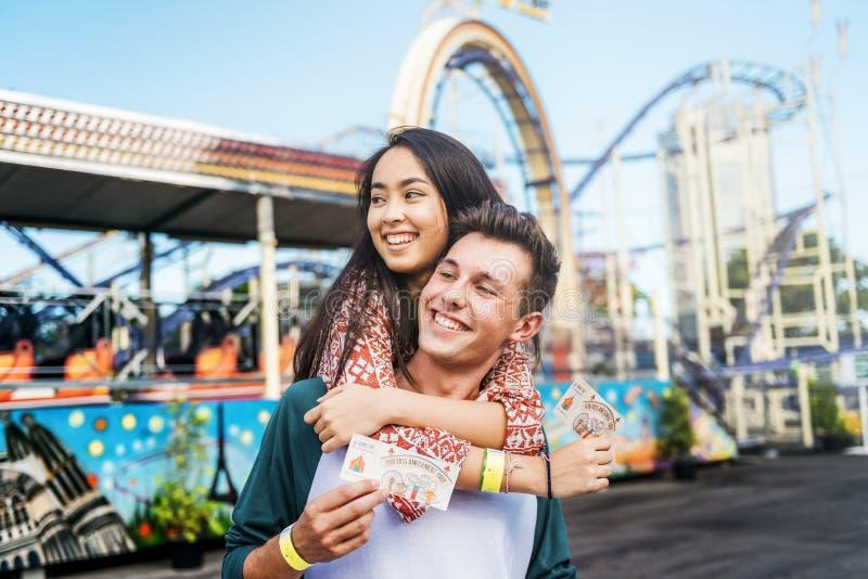 夫妇约会乐趣公园享受娱乐概念 免版税库存照片
