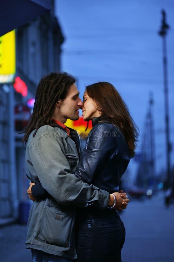 夫妇约会亲吻 免版税库存图片