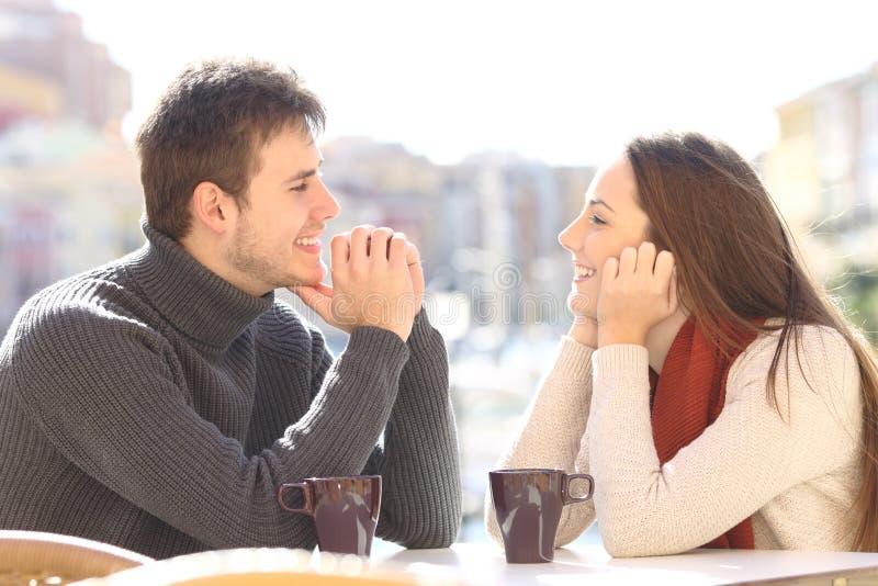 夫妇约会和挥动看 免版税库存照片