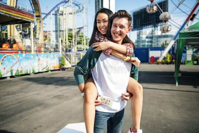 夫妇约会放松爱主题乐园概念 免版税图库摄影