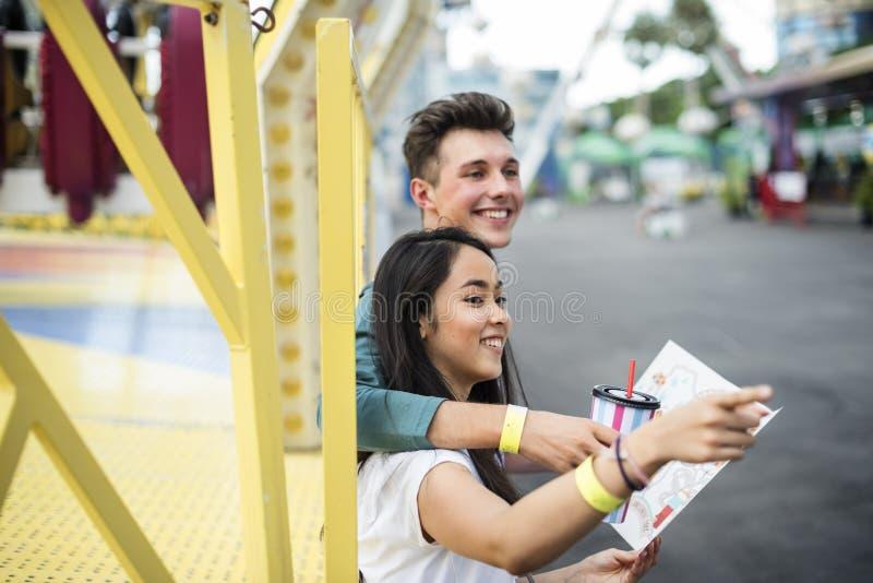 夫妇约会游乐园游艺集市欢乐嬉戏的幸福C 图库摄影
