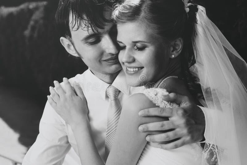 夫妇纵向婚礼年轻人 免版税库存图片