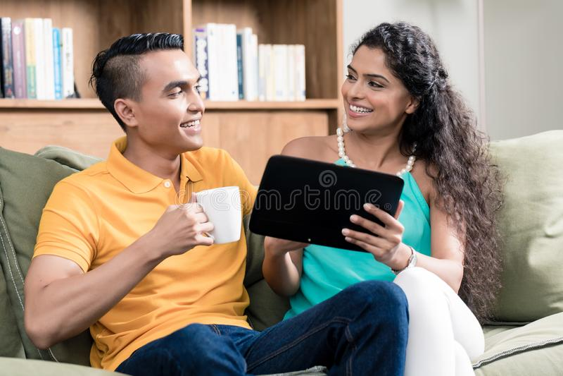 夫妇纵向微笑的年轻人 图库摄影