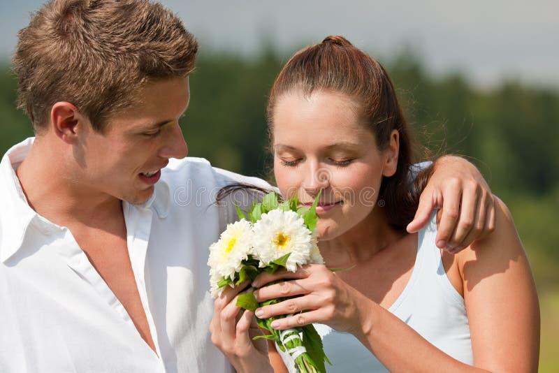 夫妇纵向浪漫夏天年轻人 图库摄影