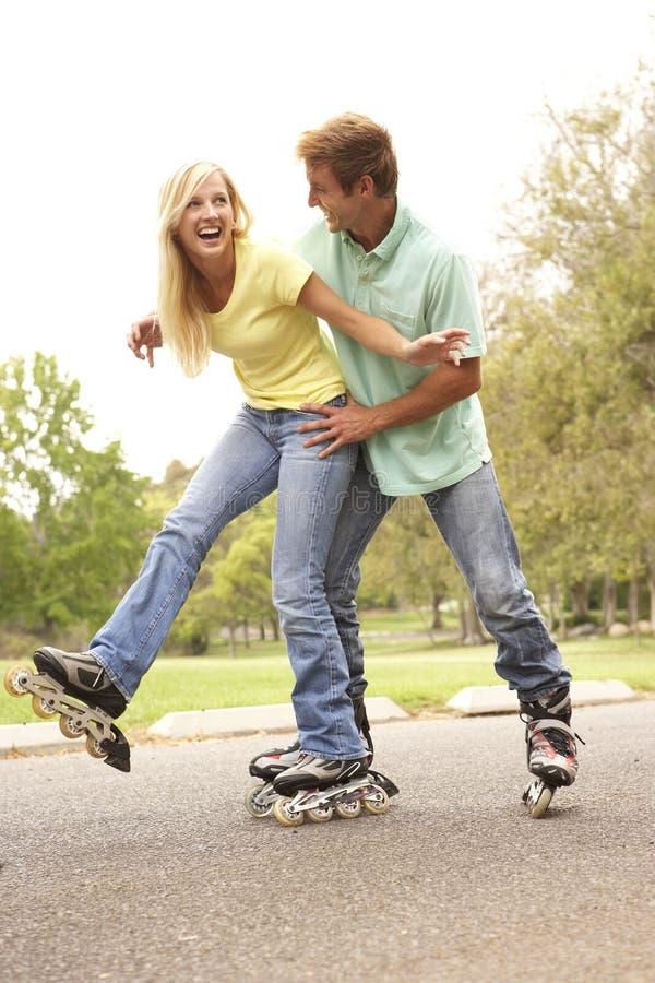 夫妇线路公园冰鞋佩带 免版税库存照片