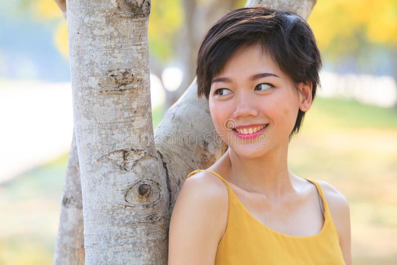 夫妇美丽的亚裔妇女画象站立在开花的f的 免版税库存图片