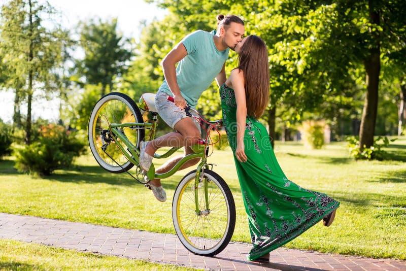夫妇美妙的亲吻在公园背景的 库存照片