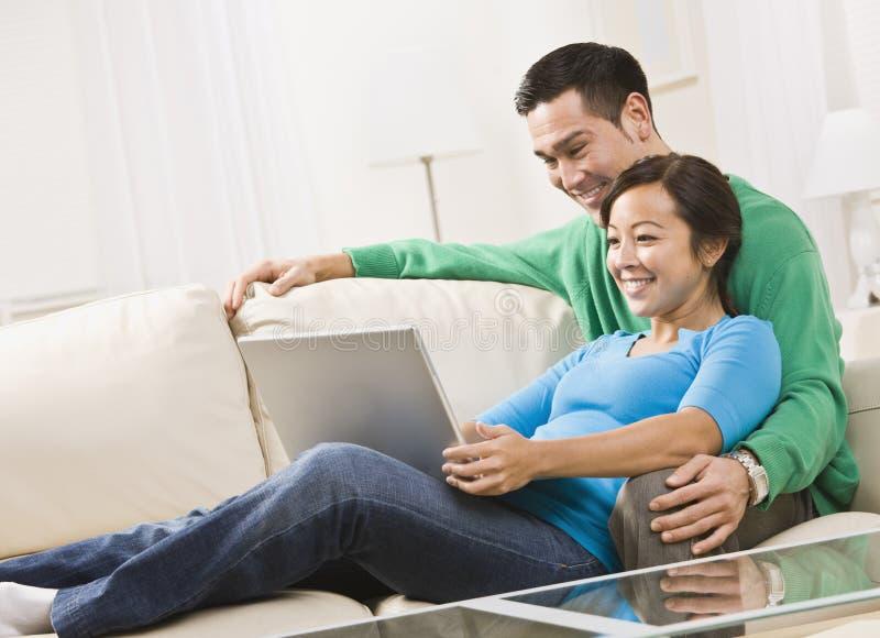 夫妇膝上型计算机查看 免版税库存图片