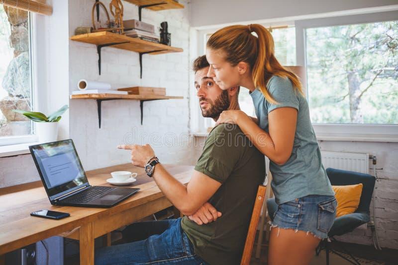 夫妇膝上型计算机运作的年轻人 图库摄影