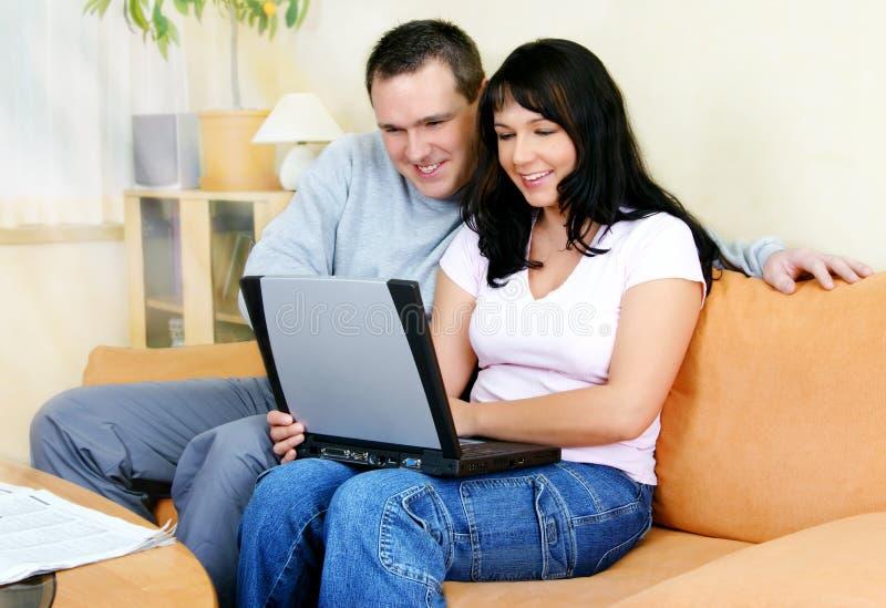 夫妇膝上型计算机 图库摄影