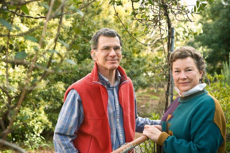 夫妇花园大门成熟他们 库存照片