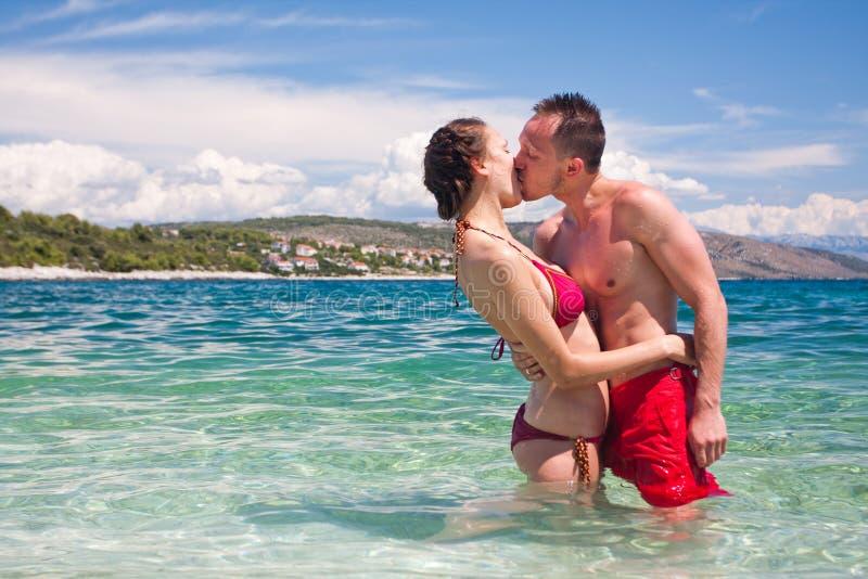 夫妇英俊的亲吻的海运 免版税库存照片