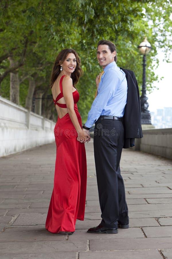 夫妇英国递拿着伦敦浪漫 免版税图库摄影
