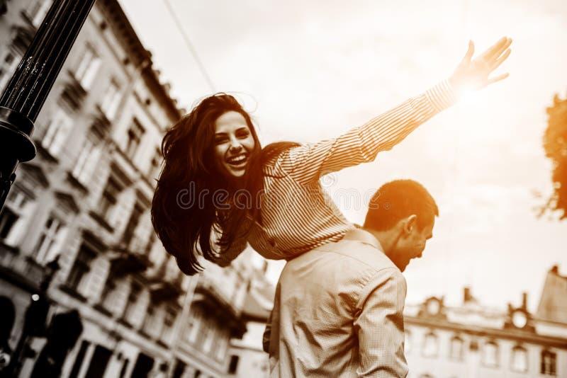 夫妇获得乐趣在城市 图库摄影