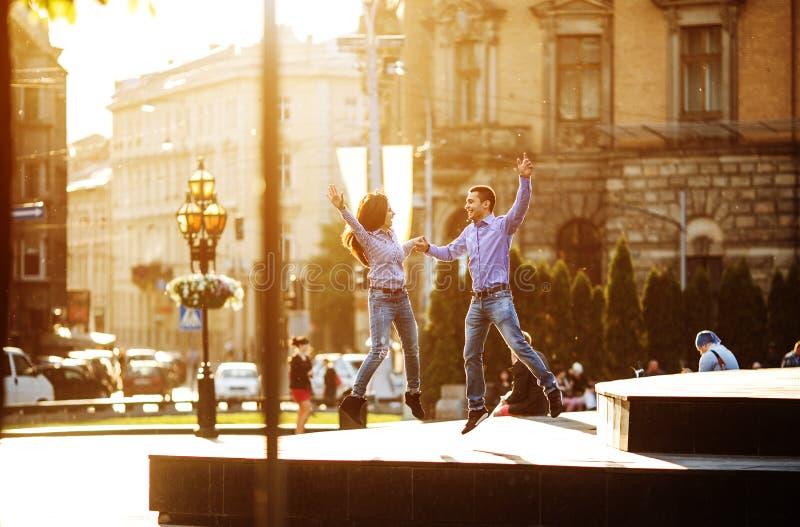 夫妇获得乐趣在城市 免版税库存照片