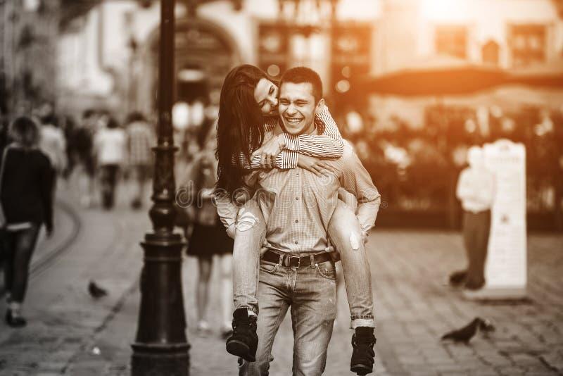 夫妇获得乐趣在城市 免版税库存图片